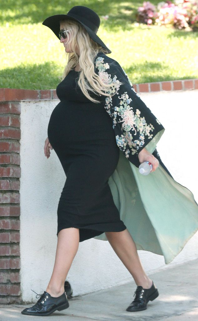 http://www.eonline.com/news/669375/damn-jessica-simpson-flaunts-muscular-legs-in-tiny-short-shorts-while-out-with-very-pregnant-ashlee-simpson