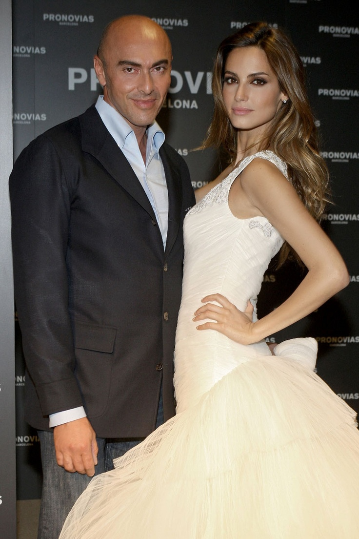 El fallecido Manuel Mota con Ariadne Artiles, a quién vistió para su boda con Fonsi Nieto. Foto: Pronovias  #boda #manuel #mota #actualidad #moda #pepa #viñas #peluquerias