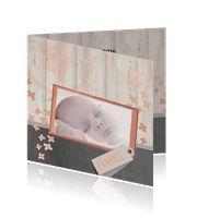 Geboortekaartje met foto op hout en krijtbord achtergrond - Anet illustratie:http://kaartjesparadijs.nl/winkel/geboortekaartje-met-foto-op-hout-en-krijtbord-achtergrond-anet-illustratie/