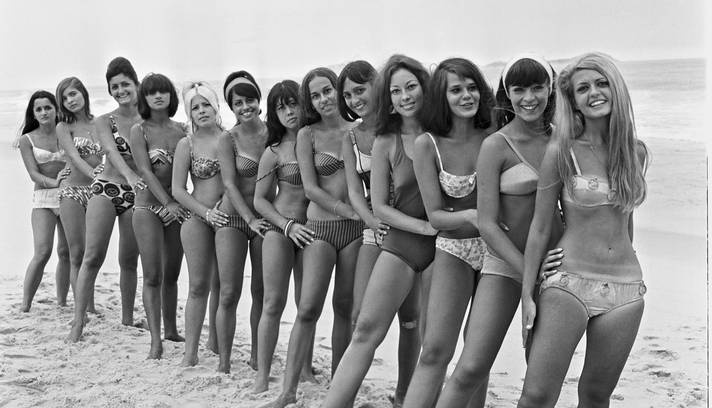 Biquínis começaram a invadir as areias cariocas a partir da década de 60; fotos mostram hábitos cariocas na estação que é a cara do Rio Foto: Agência O Globo