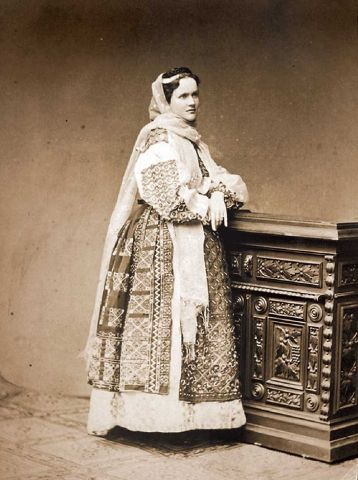 FOTO Reginele și principesele României au iubit portul tradițional românesc   Historia