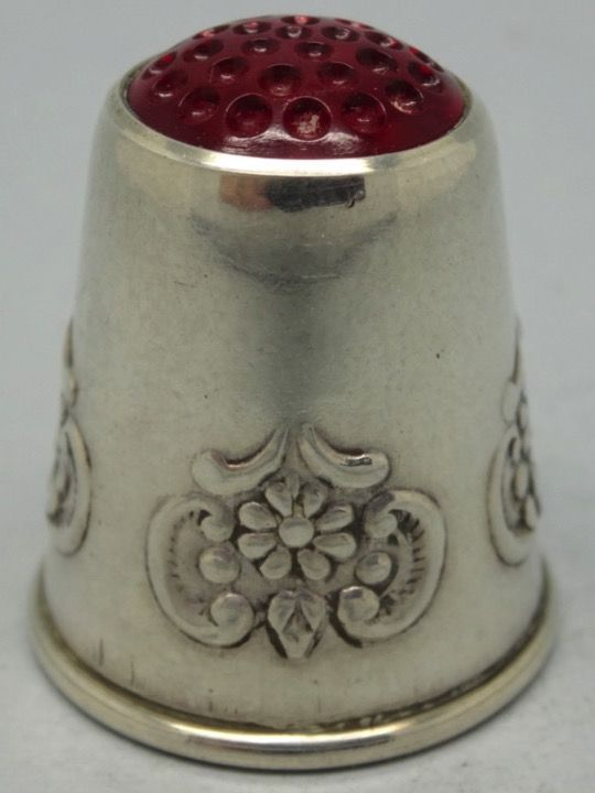 Sweden. Silver and red stone on the top. 830. Mid. 20th Century. Thimble-Dedal-Fingerhut.