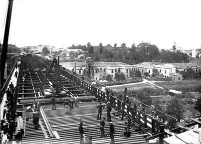 1902 - Construção do antigo Viaduto do Chá. Não temos nesta foto, ao fundo, o Teatro Municipal construído e inaugurado somente em 1911. As casas no vale do Anhangabaú eram casas de aluguel pertencentes ao Barão de Itapetininga.