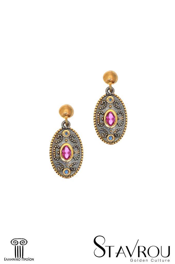 Ασημένια925' χειροποίηταγυναικείακρεμαστά σκουλαρίκια, εμπνευσμένααπό βυζαντινά κοσμήματα, επιχρυσωμένακαι επιροδιωμένα με συνθετικό ρουμπίνι κοπής oval Διαστάσεις θέματος: 12x 18mm Συνολικό ύψος σκουλαρικιού : 26mm #σκουλαρίκια #ασημένια_σκουλαρίκια #κοσμήματα #χειροποίητα_κοσμήματα #βυζαντινά_κοσμήματα #κοσμήματα_χαλάνδρι