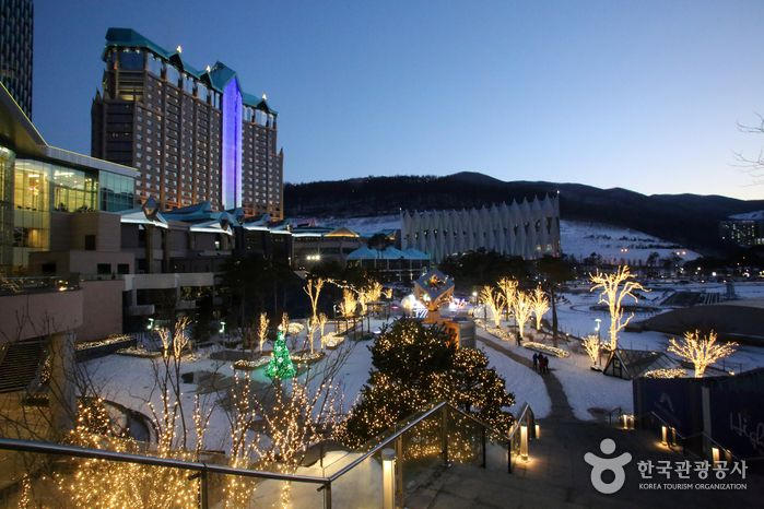 High 1 Ski Resort (정선 하이원리조트),  Gangwondo's Korea100 Category : Leisure and Sports, Leisure Sports Athletics, Tour Information :  Located in Jeongseon, Gangwon Province, the High 1 Ski Resort is a great vacation spot for families as well as a top resort for advanced skiiers. Seve..