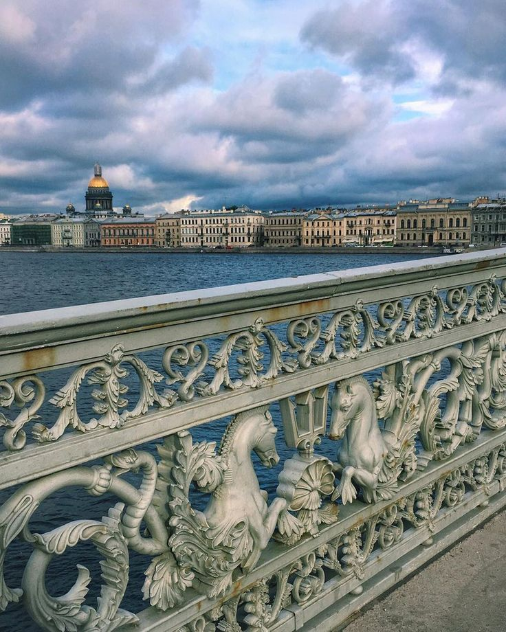 Вид на Английскую набережную с Благовещенского моста.    Автор фото: Ol_sem.