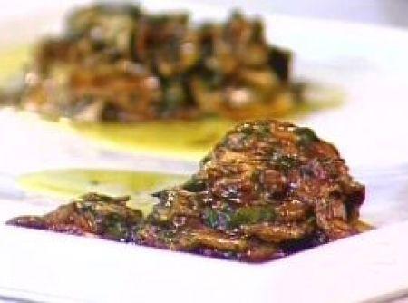 Receita de Antepasto de Abobrinha - 10 abobrinhas italianas cortadas em rodelas finas (de preferência as menores e retas), 1 xícara (chá) de vinagre, água o suficiente para cobrir as abobrinhas, óleo de soja o suficiente para fritar, 1 xícara (chá) de aceto balsâmico, 1 xícara (chá) de água, 5 dentes de alho bem picados, 1/2 xícara (chá) de salsinha picada, 1/2 xícara (chá) de cebolinha picada, 2 colheres (sopa) de mostarda amarela, 2 colheres (sopa) de mostarda escura (holandesa), 1 lata de…