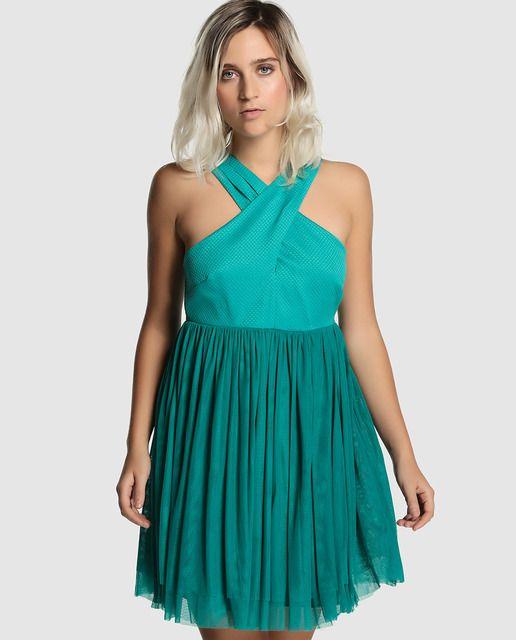 Vestido corto en color verde esmeralda. Tiene falda de tul con varias capas y cuerpo en distinto tejido. Escote cruzado y cierre de cremallera en la espalda.
