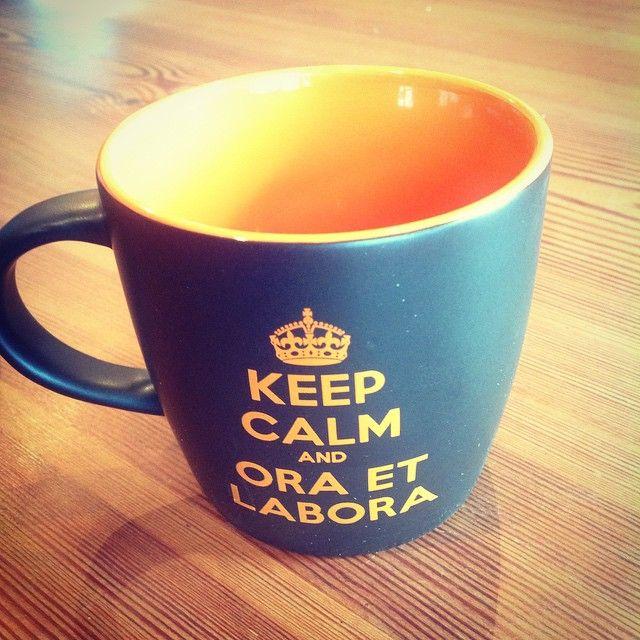 szalejemy, szalejemy... witamy dwóch nowych członków rodzinki #KeepCalm nowiutkie kubeczki czekają na Was: jeden czarno-żółty, a drugi czarno-pomarańczowy Emotikon like http://goo.gl/38C62I #keep #calm #and #ora #et #labora #tyniec