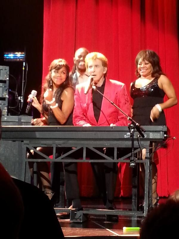 Barry Manilow - Moda Center - Portland, OR on 5/28/2015 - 70 photos, pictures and videos on CrowdAlbum