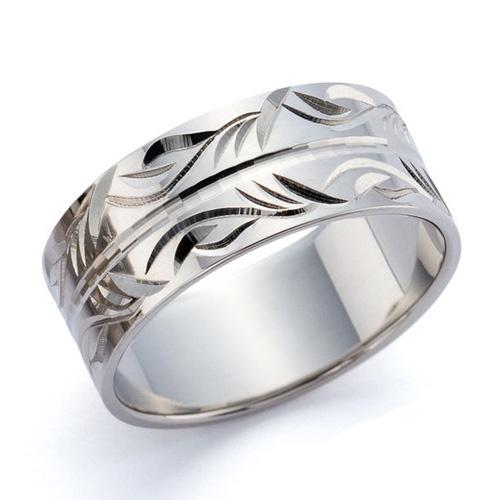 """結婚指輪 蘇芳-suoh- 豆科の木「蘇芳」の煎じ汁を赤色染料として染めた色。流れるような曲線デザインの「ほり」がエレガントな指先を演出いたします。    Wedding ring   蘇芳-suoh - Color which the pulse family tree """"蘇芳"""" brewed and dyed juice as red dye.   """"Digging"""" of a curvilinear design which flows directs an elegant fingertip."""