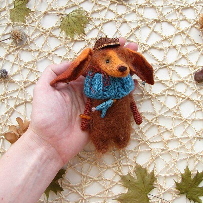 Длинноухая лисица летит в Петербург.  На лисице шапочка из шкурки чешского каштана, браслет из зеленого стекла, сережки из голубого стекла, на шее - коралл.    #любоидорого #luboidorogo #feltedtoy #felteddoll #doll #wooltoy #craft #handmadetoy #felt#felttoy #gifttoy #giftideas #weamiguru #amigurumi #кукла#doll #handmade #ручнаяработа #идеяподарка #crochet#интерьернаякукла#interior #лиса#лисица#fox#redfox