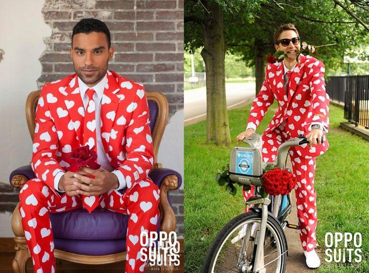 Geweldig voor een huwelijksaanzoek: een rood herenpak met hartjes. Gespot op: http://www.zook.nl/rood-pak-met-hartjes