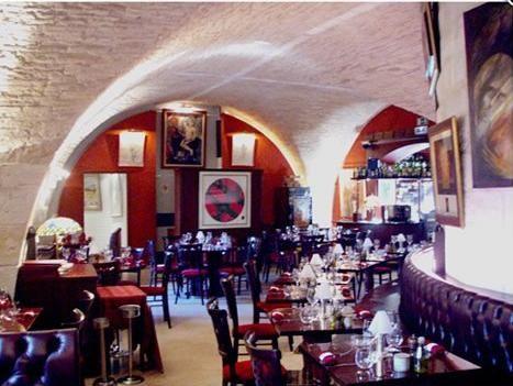 Une institution à Nîmes, le Wine Bar / Le Cheval Blanc fce aux arênes, orchestré par Michel Hermet, Président de l'Union des Sommeliers de France.