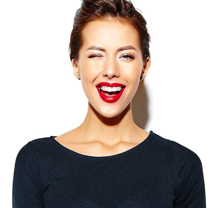 Toksin Botox se prečisti in vbrizga v mišico obraza, povzroča začasno paralizo mišic, tako da blokira prenos impulzov do živcev in na ta način pride do bolj zglajenega površja kože. Paraliza traja 3-6 mesecev, potem se mišica vrne v prvotno obliko, gubice pa se povrnejo. http://svjetlost.hr/blog-2684/ali-ste-vedeli-da-je-prvi-znak-staranja-pojav-gubic-okoli-oci/3706