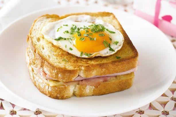 """А вы знаете разницу между Сroque-madame и Сroque-monsieur? Эти хрустящие бутерброды идеально подходят для французского ланча и готовятся очень просто!  Впервые они появились во Франции в 1910 году, само слово """"крок"""" (croquer) по-французски означает """"хрустеть"""". Но французы – народ исключительно вежливый, поэтому, заказывая такой бутерброд к завтраку, они обращались к официанту: «Крок, месье», а когда тот приносил закуску, он тоже предлагал со словами: «Крок, месье»-хрустящим бутербродом.."""