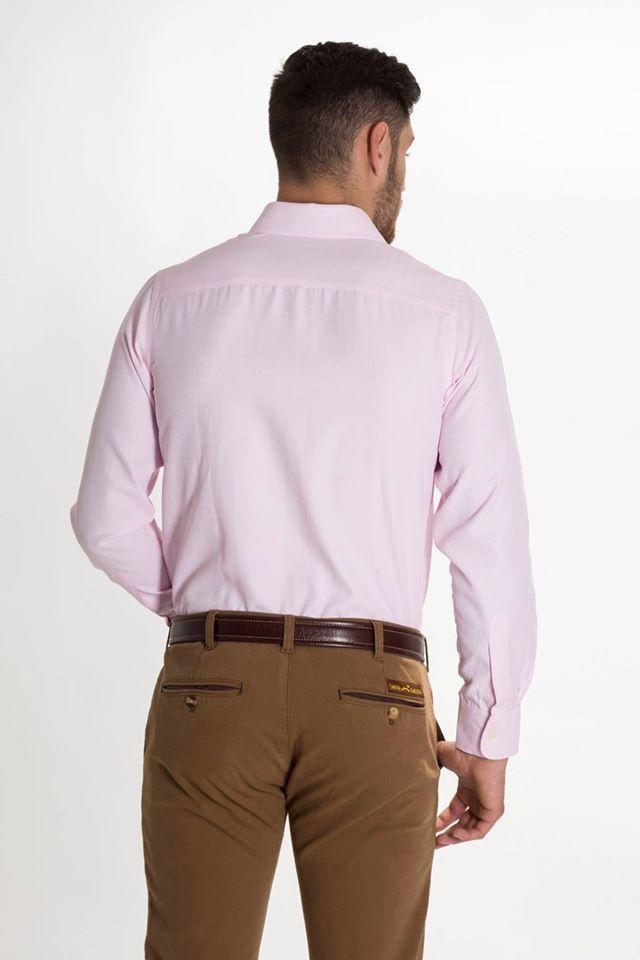 Camisa de algodón color rosa, efecto sólido. Pequeños rombitos del mismo tono. Corte slim fit. Cuello italiano. Botón cosido en aspa blanca. Ojal y logo bordado de color rosa al tono. Disponible en tiendas y en www.santagallego.com  #SantaGallego #moda #hombre #tendencia #estilo #MadeInSpain