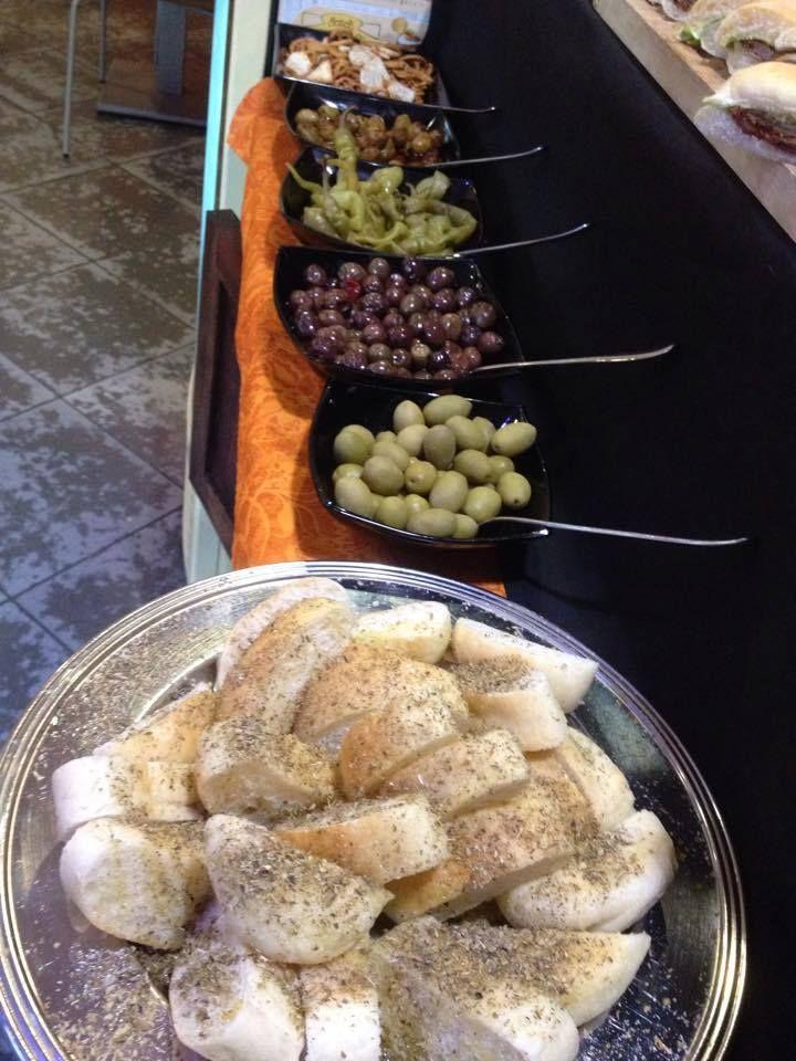 dalle 17:30 fantasiosi #aperitivi #stuzzichini tartine salatini #olive, #cocktail