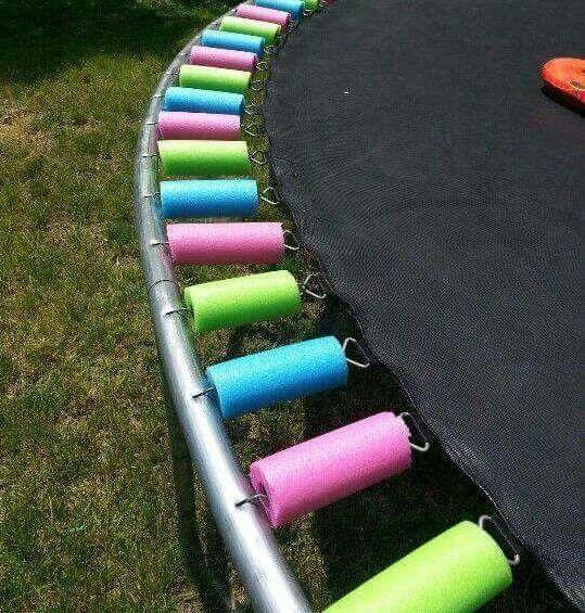 Protéger les ressorts de la trampoline avec des nouilles de piscine  tips noodle pool