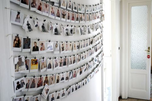 photo wall (via HomeStories | Casa Cesare & Silvia)