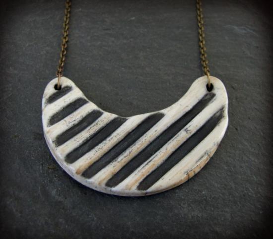 Collar único y exclusivo realizado con la técnica de rakú y terra sigillatas. El ancho de la pieza es de 6 cm. y el largo del collar 22-26 cm.
