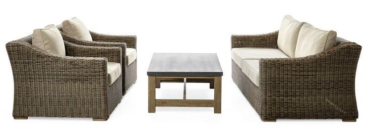 Pampig trädgårdsgrupp med 2-sits soffa, två fåtöljer och bord. Sittmöblerna är flätade i rund konstrotting i naturliknande färg och har breda armstöd som ger ett lyxigt intryck. Alla våra flätade utemöbler är handgjorda vilket gör varje möbel unik. Trädgårdsgruppen tål att stå i uterum året runt om du kan garantera att utrymmet är torrt och svalt. Sittmöblerna har vändbara dynor i kraftigt tyg. Soffbordet Marseille har en stomme av gråborstad FSC-märkt akacia. Bordet har en tålig och…