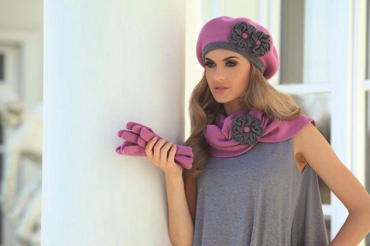 Idealnie na zimową porę skomponować komplet dodatków! W tym przypadku zestaw: czapka, szalik, rękawiczki w przepięknej różowej odsłonie :-)