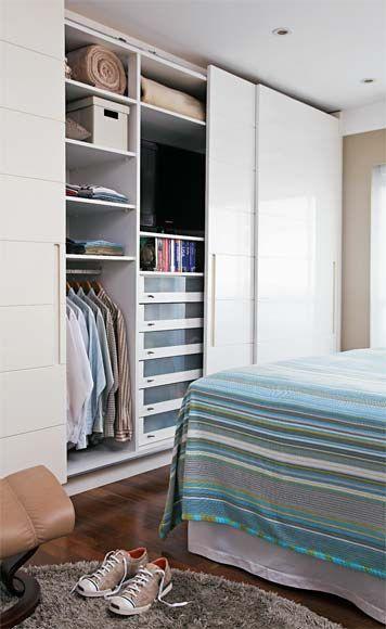 Decoração de quarto de casal pequeno funcional - tv dentro do armário