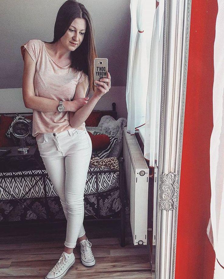 Ja tie biele nohavice proste milujem❣ #monday #beautiful #sunny 🌞 #day #workday #white #jeans #converse #dnesobuvam #dnesnosim #highgirl #storyofmilife #slovakgirl #czechslovakgirl #followme #like4like #likemyphoto #brunetgirl #fashion #spring #lovethisstyle