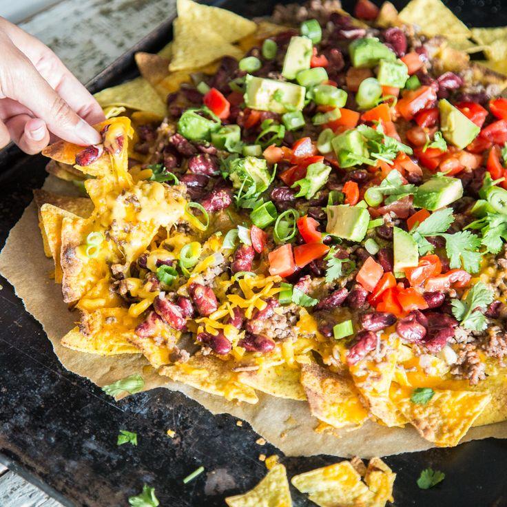 Snack und schnelles Abendessen in einem: Überbackene Nachos sind schnell gemacht, sündig lecker und perfekter Begleiter für deine Lieblingsserie.