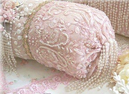 Γγρ│ Un coussin perlé plein de délicatesse.