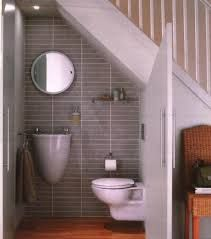 Resultado de imagen para banheiro na escada