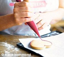 Icing Hints by: Biscuiteers Book of Iced Biscuits