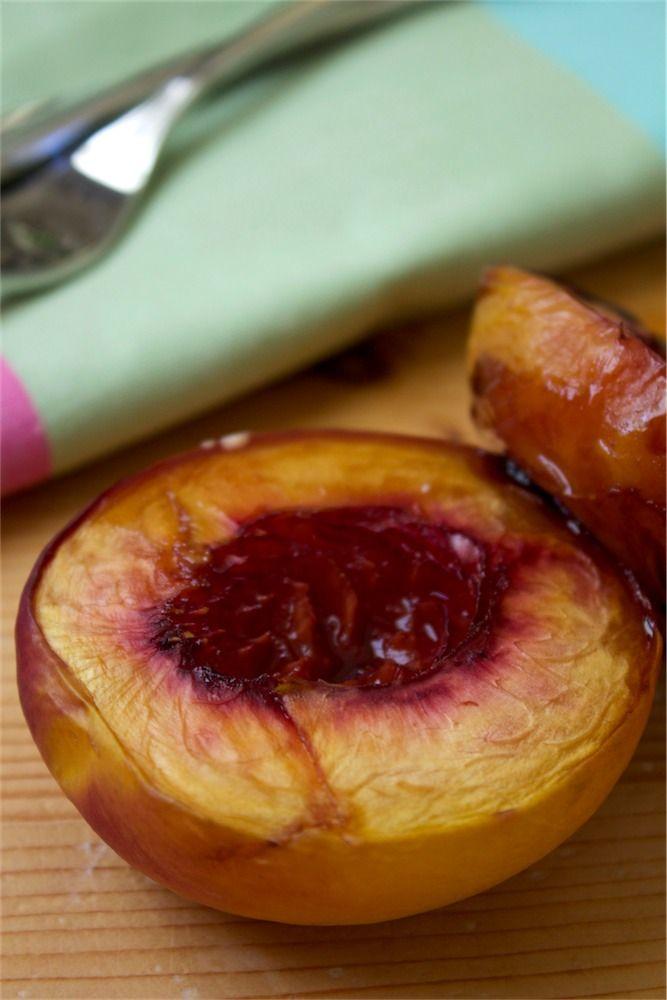 Üzüm Pekmezli Şeftali Tatlısı//Peach dessert with Grape Molasses Mevsimi sona ermeden şeftalilerimizden bir de tatlı yapalım dedik. Şeftalileri kabuklarını soymadan ikiye böldük. Oda sıcaklığında beklettiğimiz tereyağını fırça yardımıyla ikiye böldüğümüz meyvelere sürdük. İda Bahçe üzüm pekmezine bandırarak fırına verdik. 200 derecede 20-25 dk pişmesini bekledik. Soğuduktan sonra vanilyalı dondurmayla servis ettik.