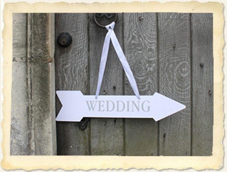 Deze handige borden/wegwijzers zullen je gasten de weg wijzen naar de: 'Party', 'Bar', 'Wedding', 'Toilets' & 'This Way'.