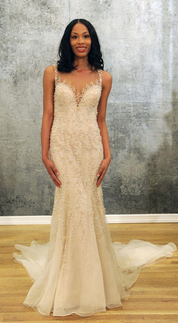 Vestido de noiva Justin Alexander desfilado na NY Bridal Week com decote profundo, alça e detalhe com pérolas. Vestido todo trabalhado com pérolas e cauda.