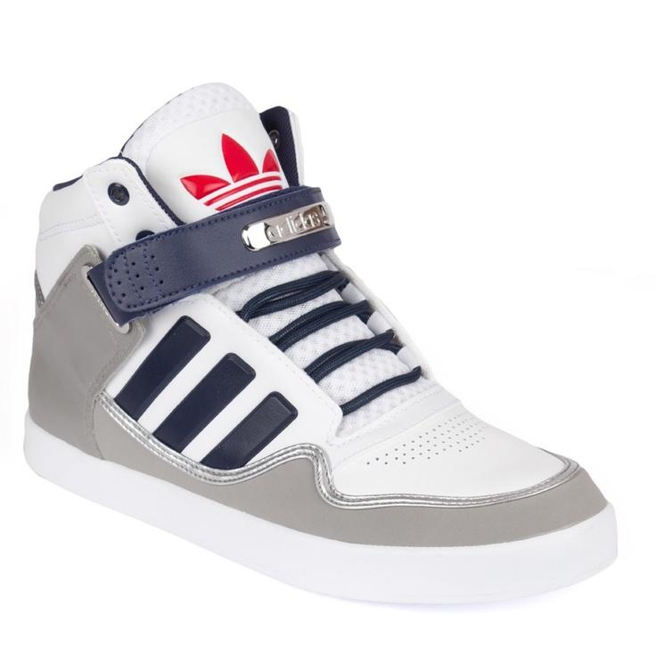 """$109.90  Chaussures AR 2.0 navy    Chaussures Adidas Originals bicolore blanche et grise. Les lacets, la doublure intérieur ainsi que le scratch et les trois bandes sont de couleur navy. La sur-semelle est grise muni d'une bandelette gris brillant qui met en valeur les autres couleurs, et permet la démarcation. Le logo vintage est présent sur la semelle ainsi qu'à l'arrière.Le scratch dispose d'une pièce métallique argentée grappée """"Adidas""""."""