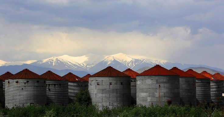 Silos destinados ao armazenamento de grãos encobrem parte do Monte Olimpo, perto da cidade de Larissa, na Grécia