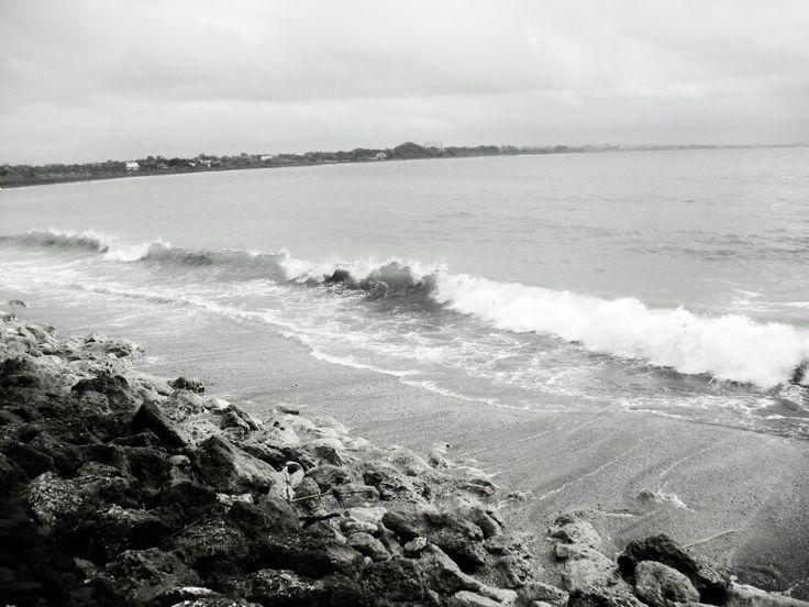 Biarkan aku menjadi angin yang begitu setia mengiringi ombak kembali ke sisi pantai.