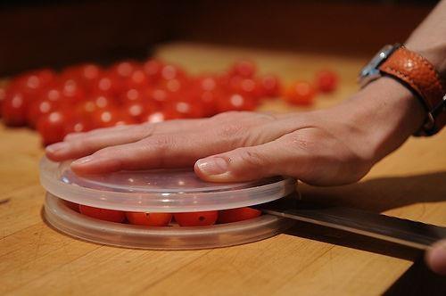 Avete mai pensato a questo metodo per tagliare in una volta sola molti pomodorini. Basterà metterli in mezzo a 2 coperchi in plastica e tagliarli con un coltello, come fareste con una torta