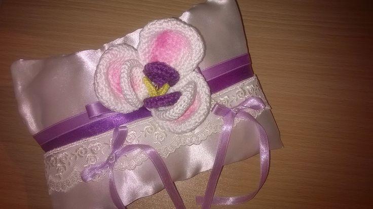 """cuscino portafedi"""" magie di orchidee"""" in raso bianco con nastri tonalità del viola e lilla con fascia in pizzo bianco e orchidea centrale realizzata all'uncinetto"""