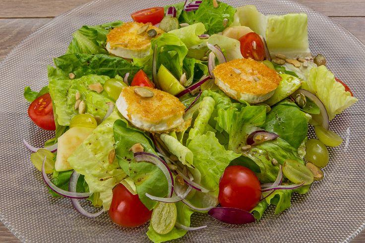 Каталонский салат с теплым козьим сыром