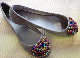 Bailarinas y algún otro calzado en invierno y verano, como sandalias o alpargatas mallorquinas. En este enlace las verás.