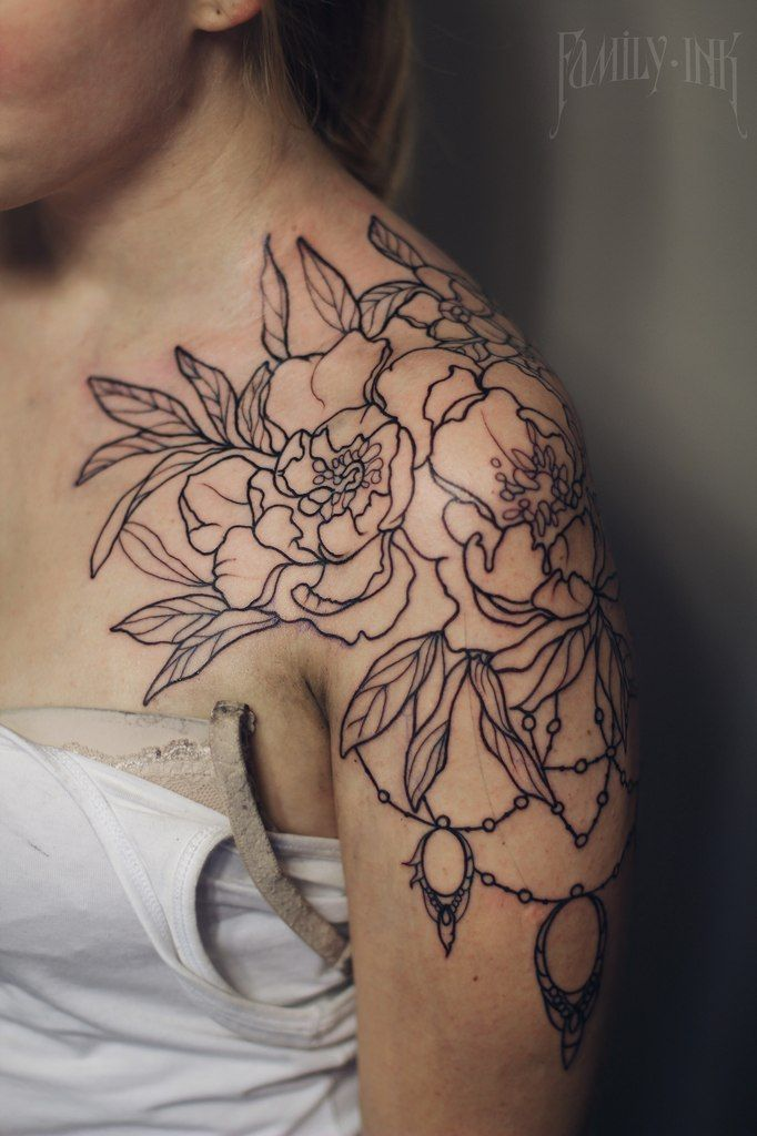 Flowers tattoo on shoulder by Family Ink.