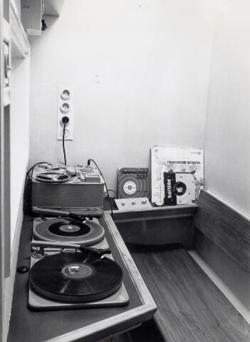 19-03-1959. Interieur van de Fotozaak De Bussy en Voorduin (Oudkerkhof 34) te Utrecht: geluidssynchronisatie-cabine in de kelder van de zaak.