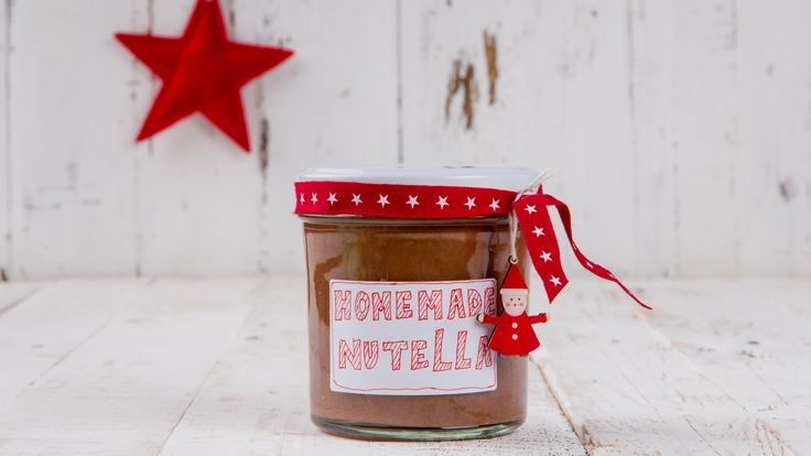 Verrassing! Deze chocoladetopper voor op brood maak je gewoon zelf. Vind hier het recept voor deze lekkere homemade nutella: http://www.ah.nl/allerhande/recept/R-R1185522/zelfgemaakte-nutella