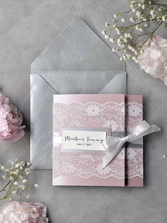 Gris et rose faire-part de mariage de dentelle, poche plier Invitations de mariage, faire-part de mariage Vintage