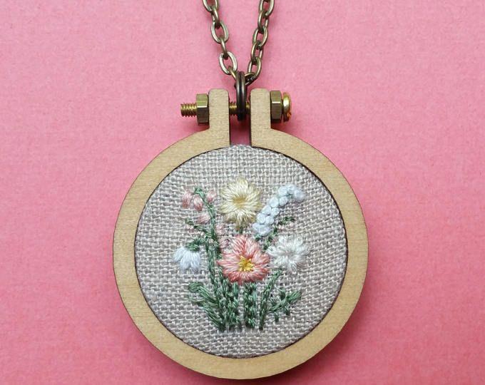 Цветочная мини Хооп ожерелье.  Ручная вышивка.  Ювелирные изделия.  Цветочная вышивка.  Одевается ст.  Кулон.  Подарок для нее.  Обруч Art.  Очарование цветка.
