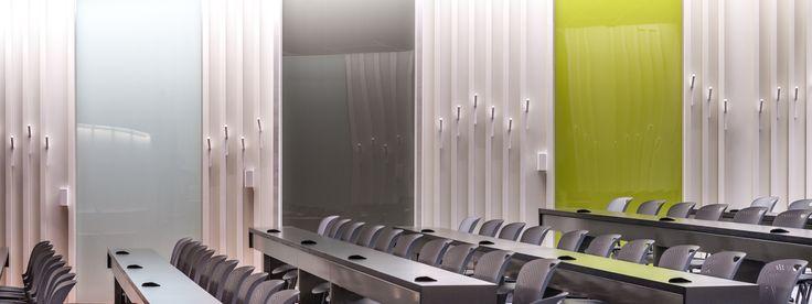 """Amphithéâtre """"La clairière des arts"""" de la Faculté des arts de l'Université McGill Tableaux et crochets porte-manteaux"""