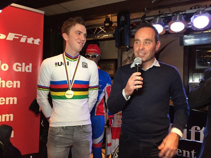 Joris Nieuwenhuis, wereldkampioen veldrijden bij de beloften wordt toegesproken door oud Wereldkampioen Richard Groenendaal